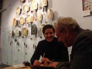 Alfred van Cleef signiert seine Bücher