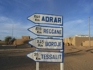 foto van wegwijzers in Aguelhok (Mali)