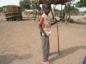 Foto van jongetje met zelfgemaakt speelgoed in Dourtenga (Burkina Faso)
