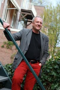 Foto van Alfred van Cleef op trap