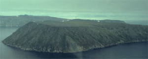 Foto van het eiland  Kleine Diomedes (Inuit-naam: Ignaluk)